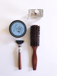 brosse à cheveux avec cire, rasoir, parfum